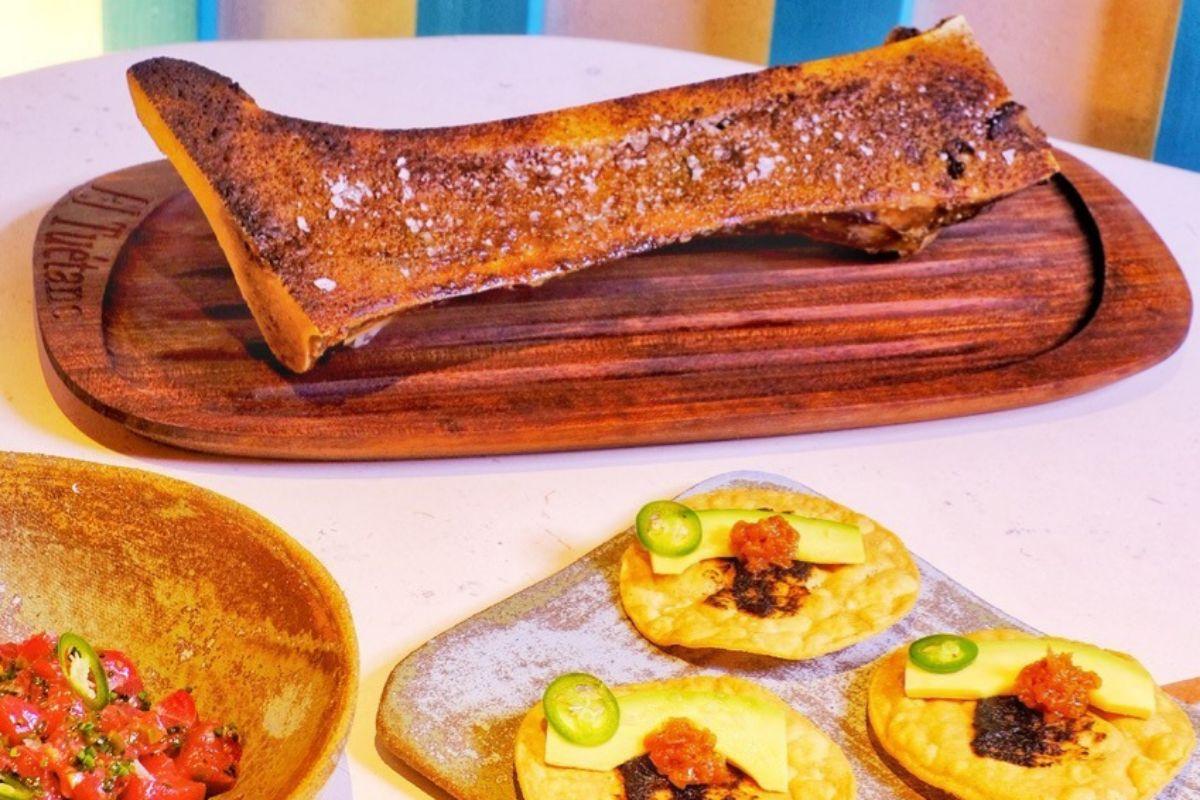 Tuétano a la brasa con tostadas de atún rojo toreado y emulsión de chiles serranos.