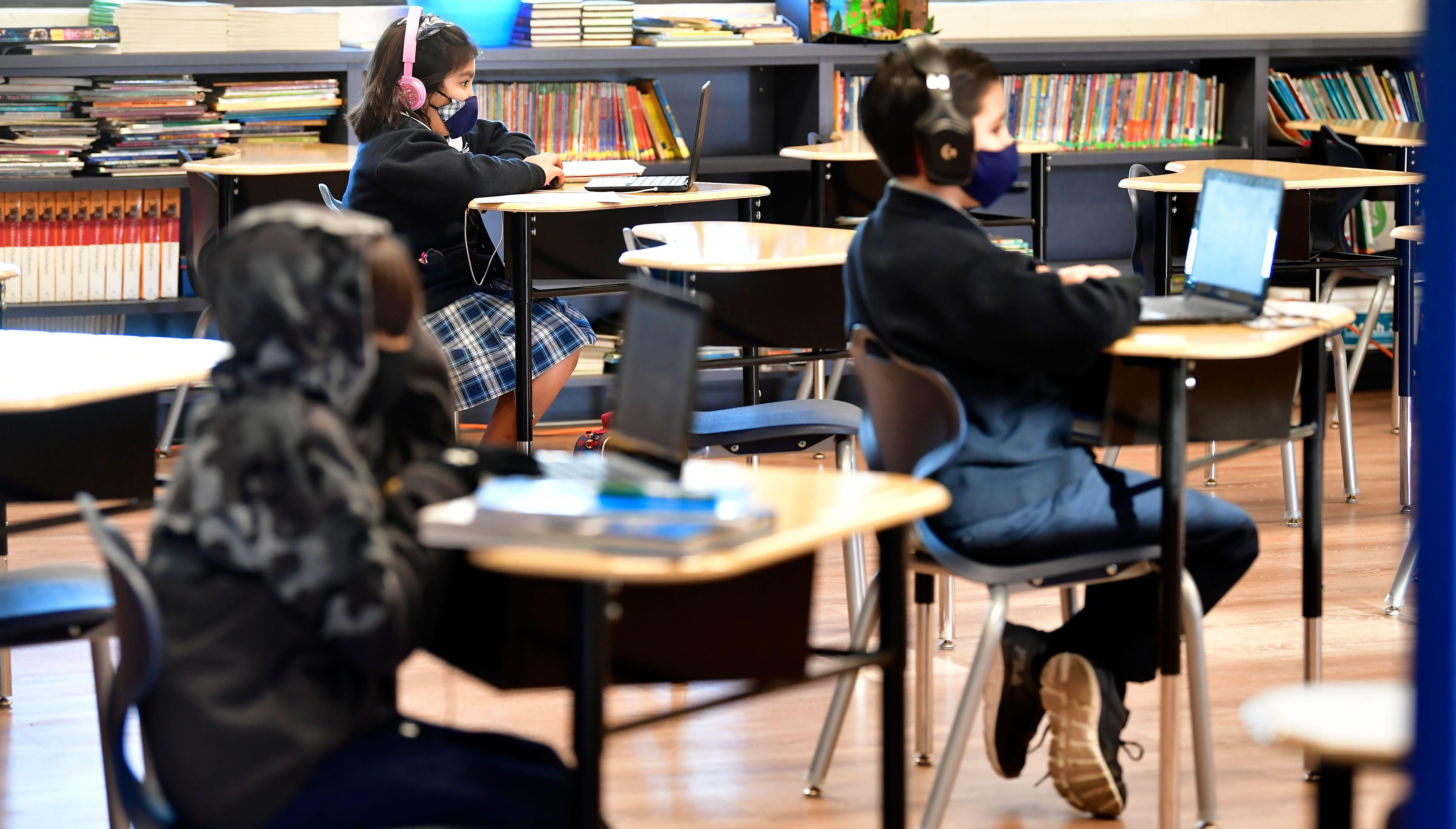 Niños en clase en un colegio de California, EEUU.