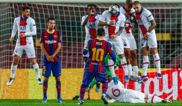 Un libre directo de Messi, contra la barrera del PSG.