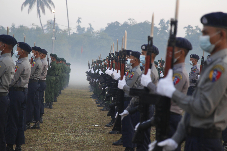 Desfile militar en el 74 aniversario del Día de la Unión en Birmania.