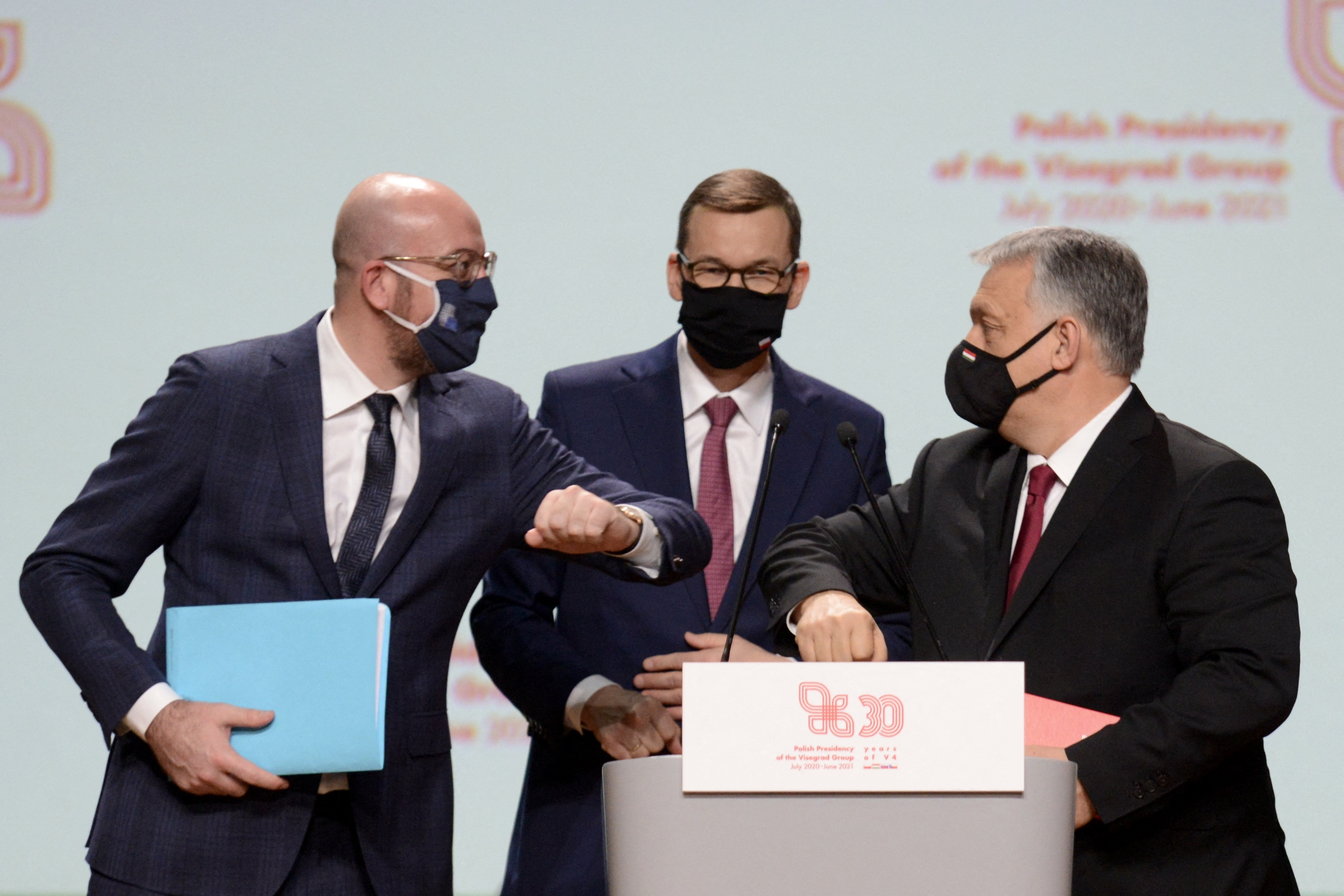 Charles Michel (izda.) saluda a Orban y Morawiecki.