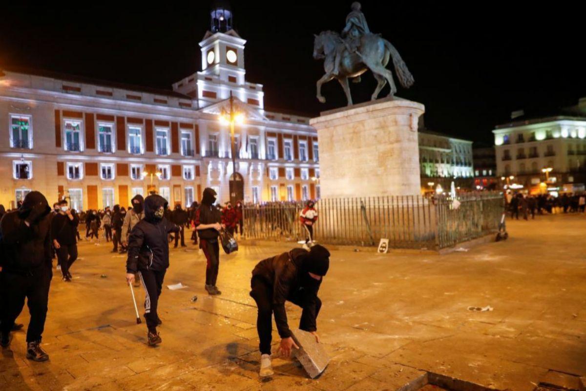 Actos vandálicos en la Puerta del Sol durante las protestas por el encarcelamiento de Pablo Hasel.