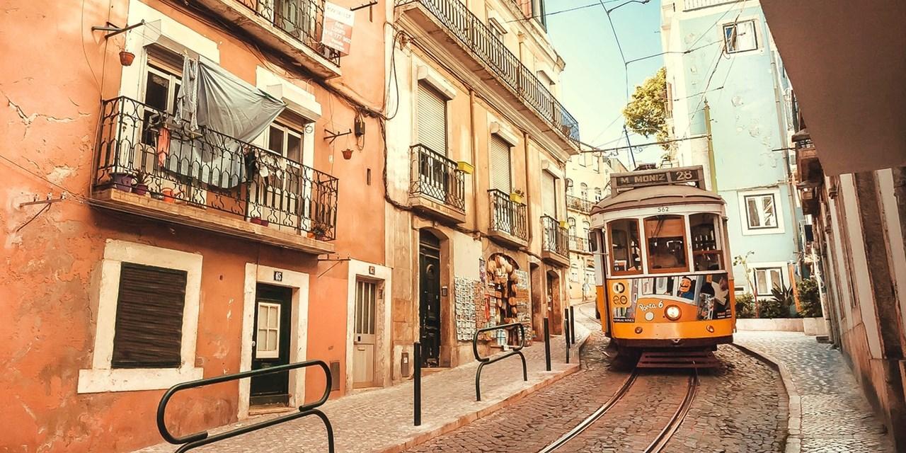 Tranvía en las calles de Lisboa.