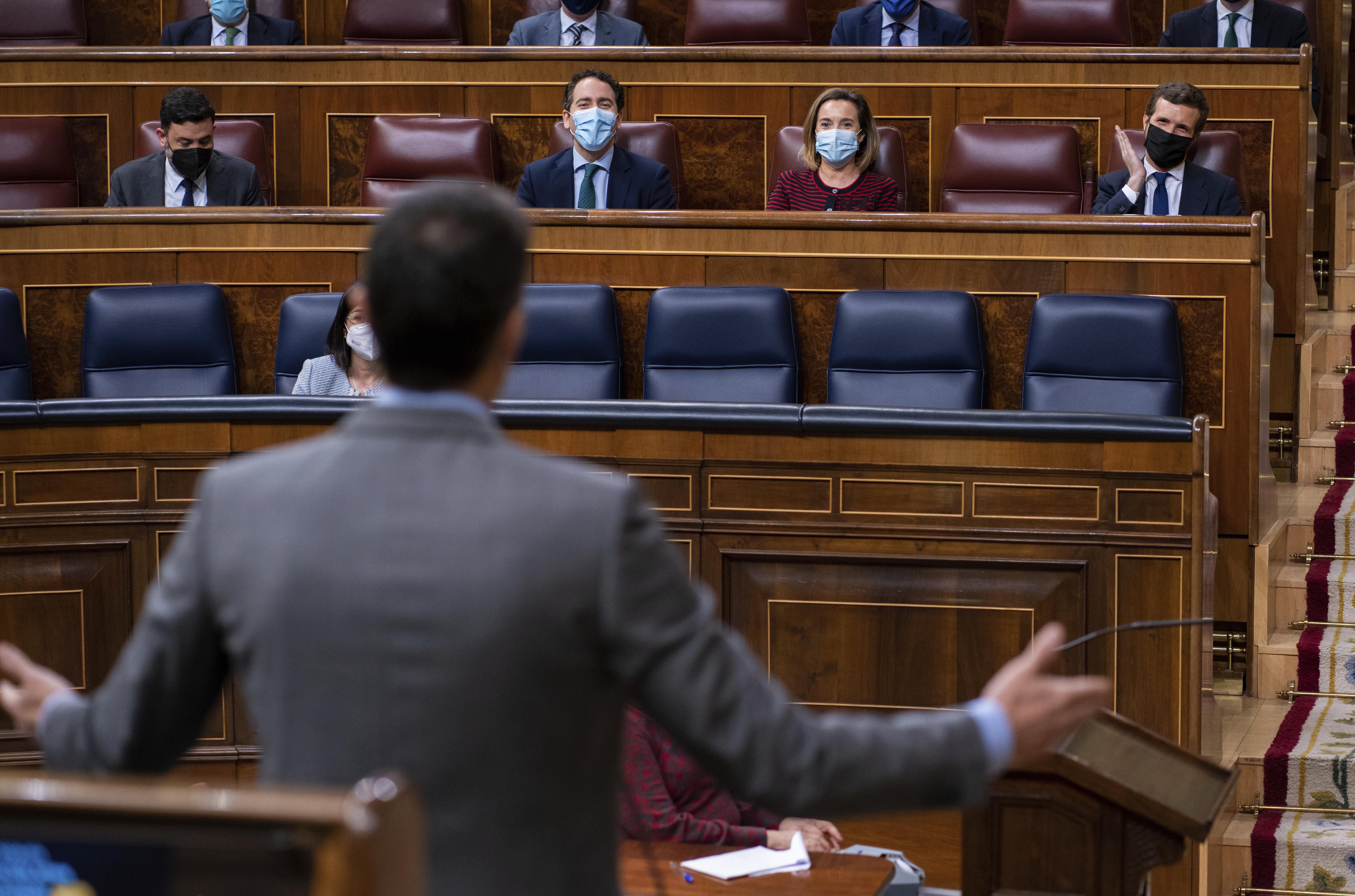Pedro Sánchez, de espaldas, y Pablo Csado en el Congreso de los Diputados en una imagen de archivo.