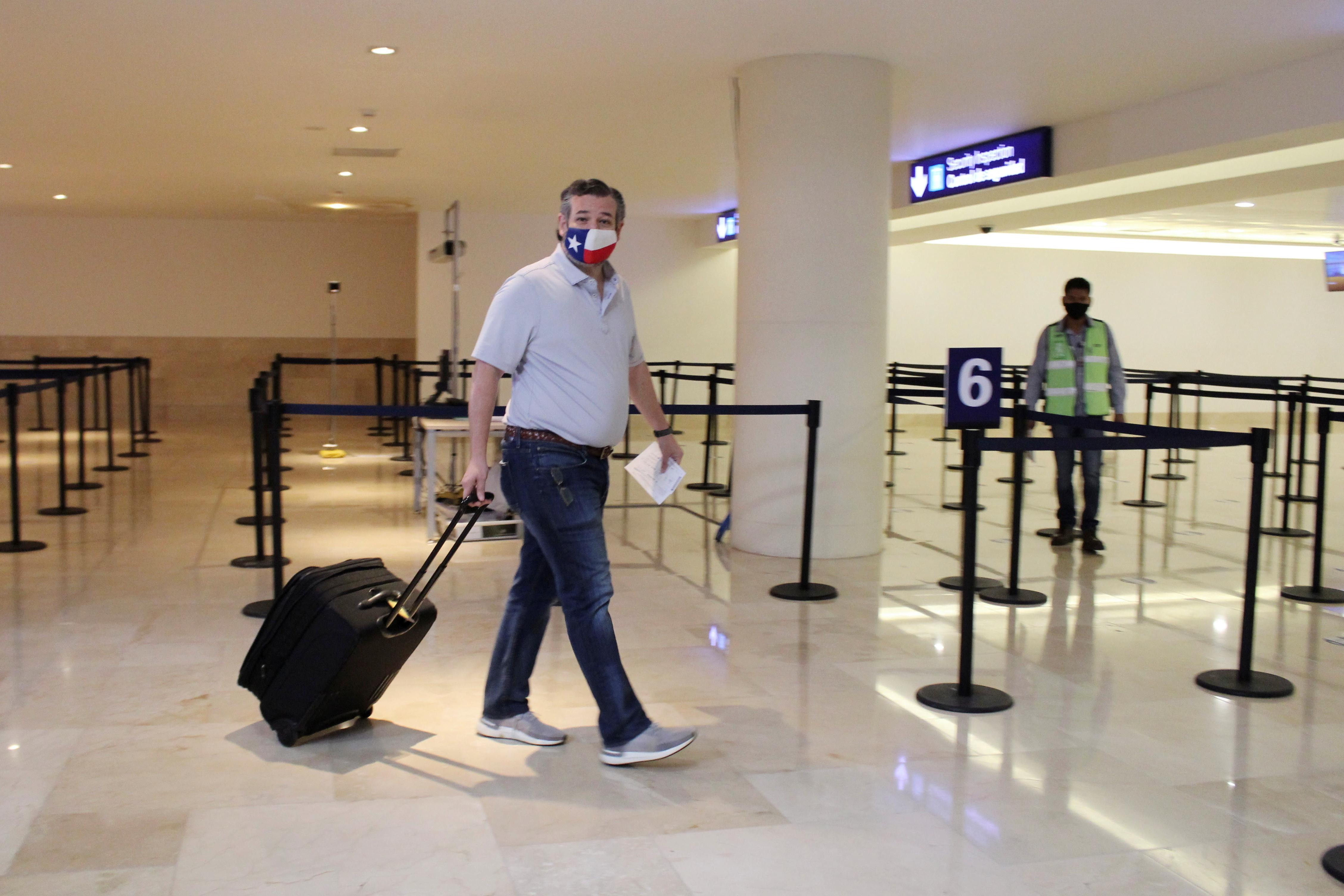 El senador Ted Cruz, ayer en el aeropuerto de Cancún.