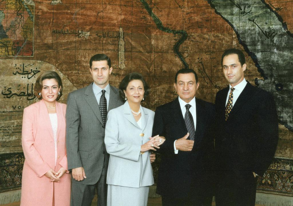 Hosni Mubarak junto a su mujer, Suzanne, sus hijos Gamal y Alaa (derecha) y una de sus nueras en una imagen de 2011.