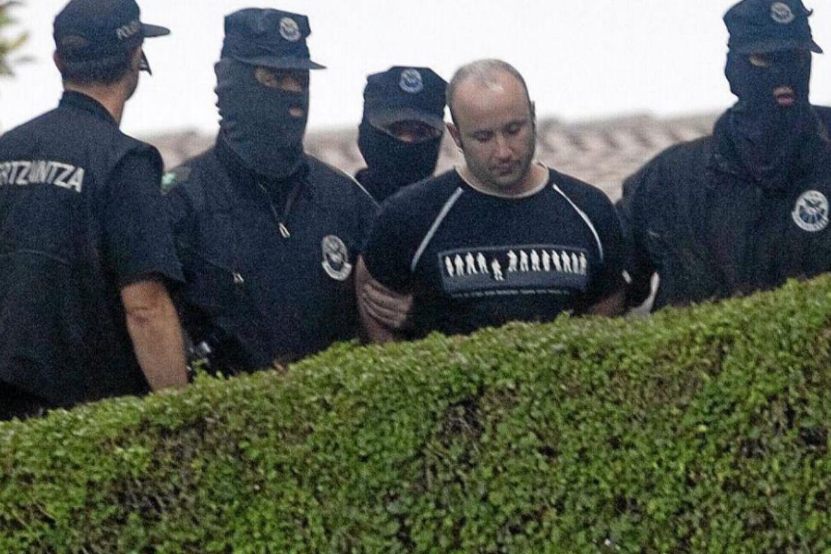 Agentes de la Ertzaintza trasladan al etarra Gurutz Agirresarobe tras su detención, en 2010.