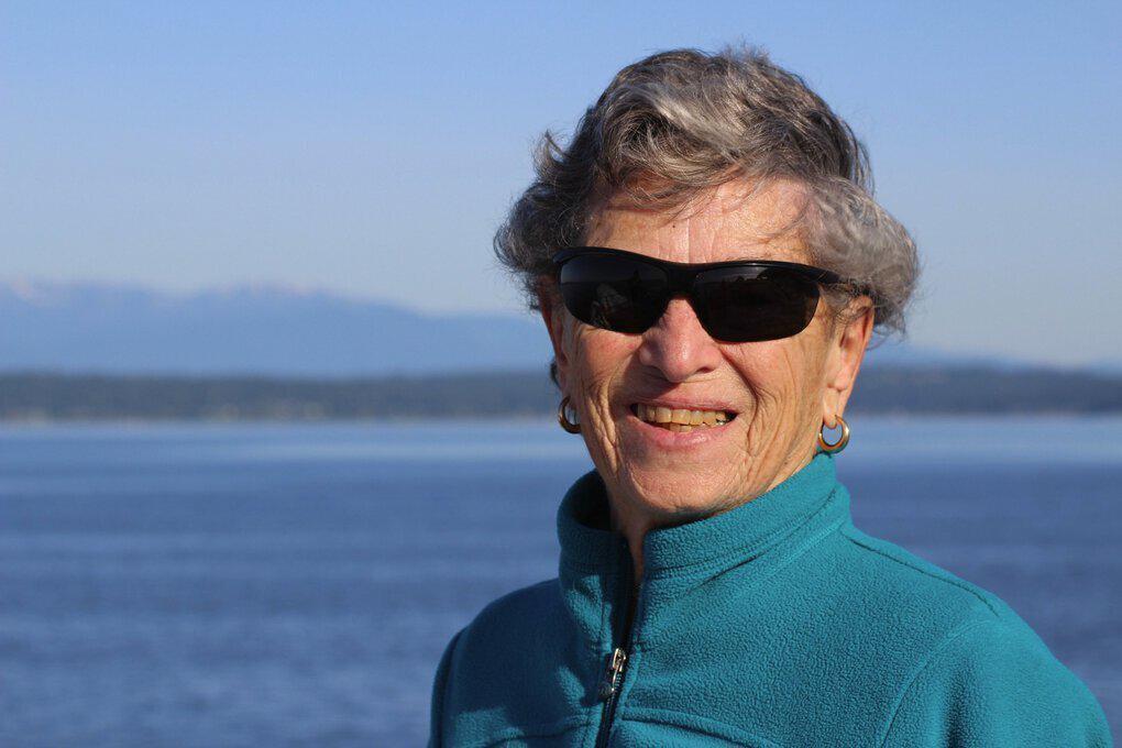 Fran Goldman, de 90 años, recorrió 10 km a pie por la nieve para vacunarse contra el coronavirus.