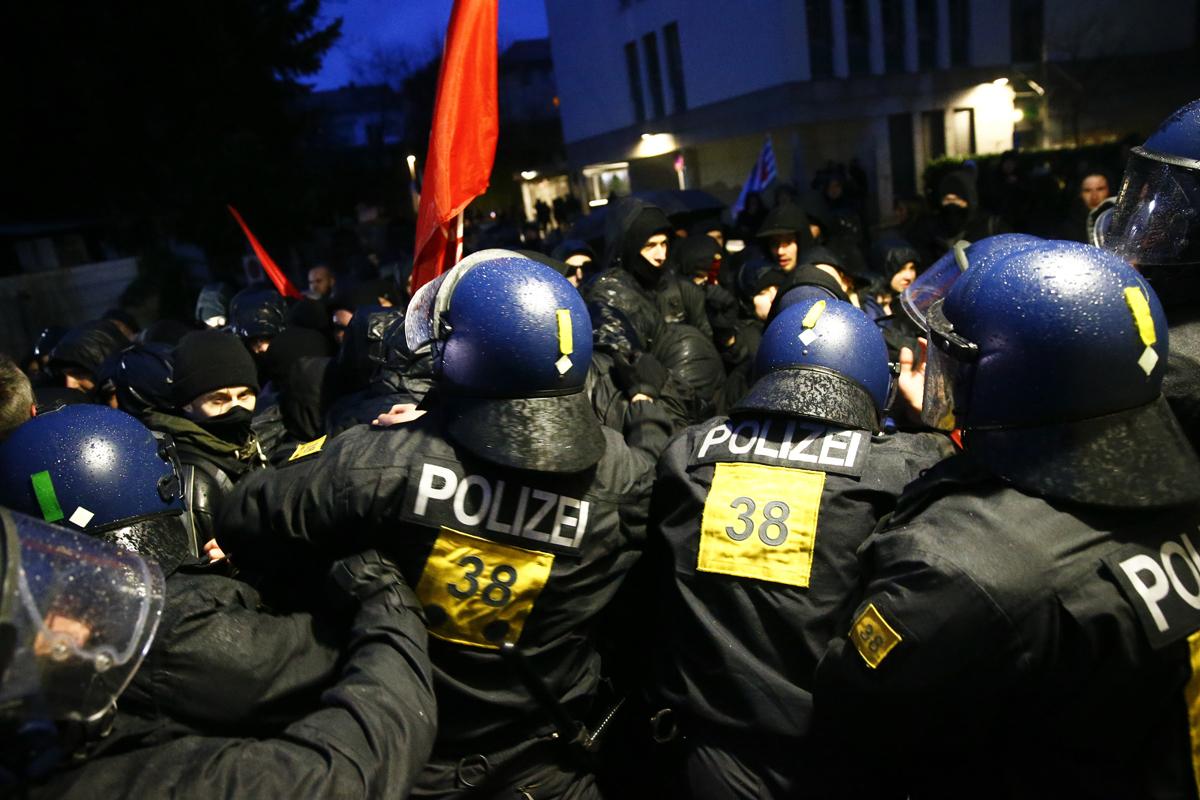 Policías intentan contener a manifestantes antineonazis, en Buedingen.