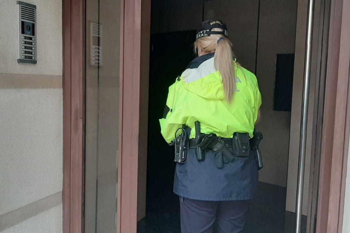 Una policía llevando medicamentos a domicilio durante el confinamiento.