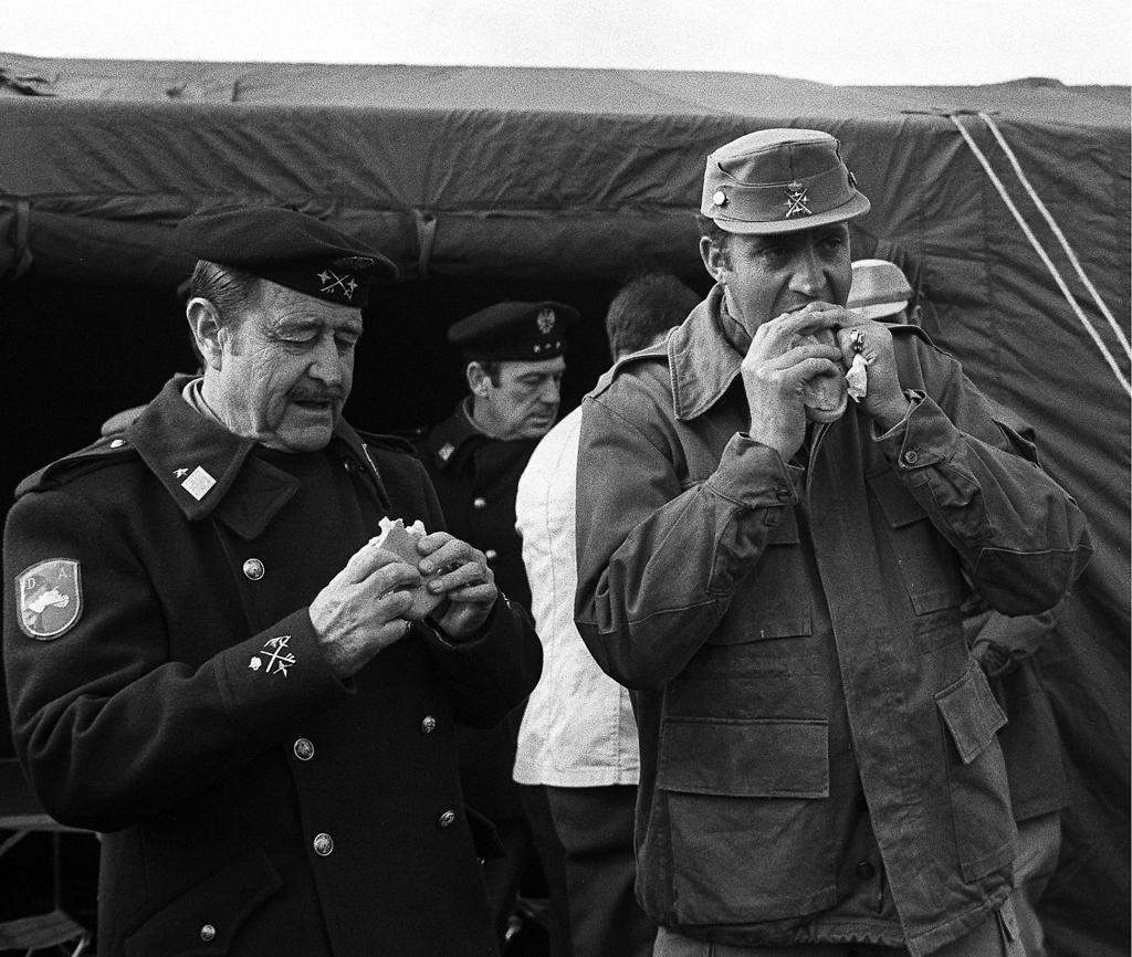 Milan del Bosch y el Rey Juan Carlos I, en una visita que este último realizó el 31 de enero de 1977 a las insatalciones de la División Acorazada Brunete.