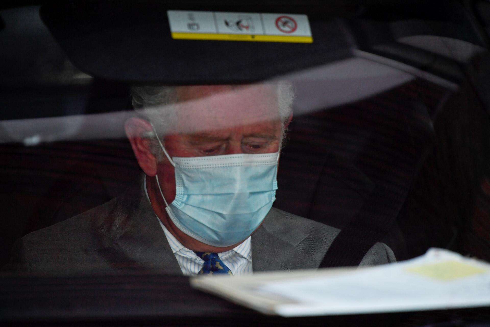 El príncipe Carlos, a su salida del hospital donde su padre permanece ingresado.