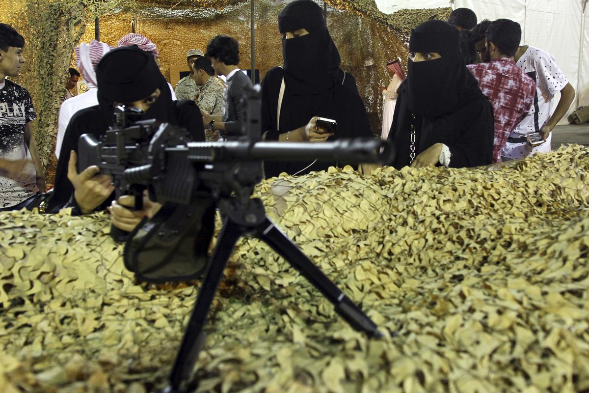 Una mujer prueba un arma en Abha (Arabia Saudí).