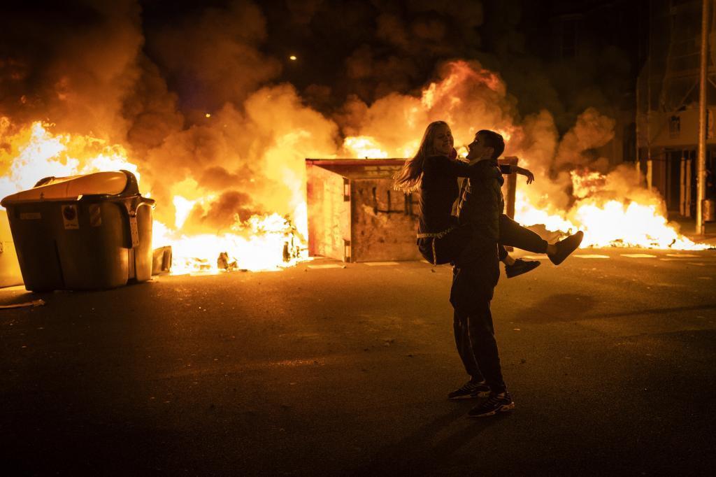 Dos jóvenes, durante los disturbios en Barcelona la noche del pasado domingo.