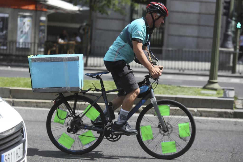 Un repartidor de Deliveroo trasladando un pedido en el centro de Madrid.
