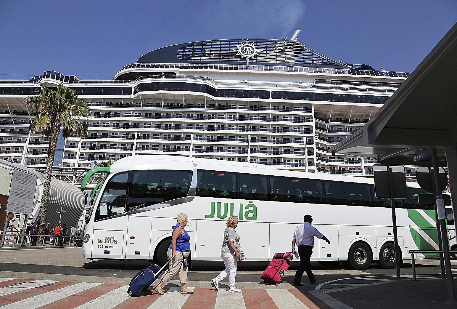 Un autocar de Julià, recogiendo turistas en el puerto de Barcelona en una imagen del año 2017, antesde la pandemia