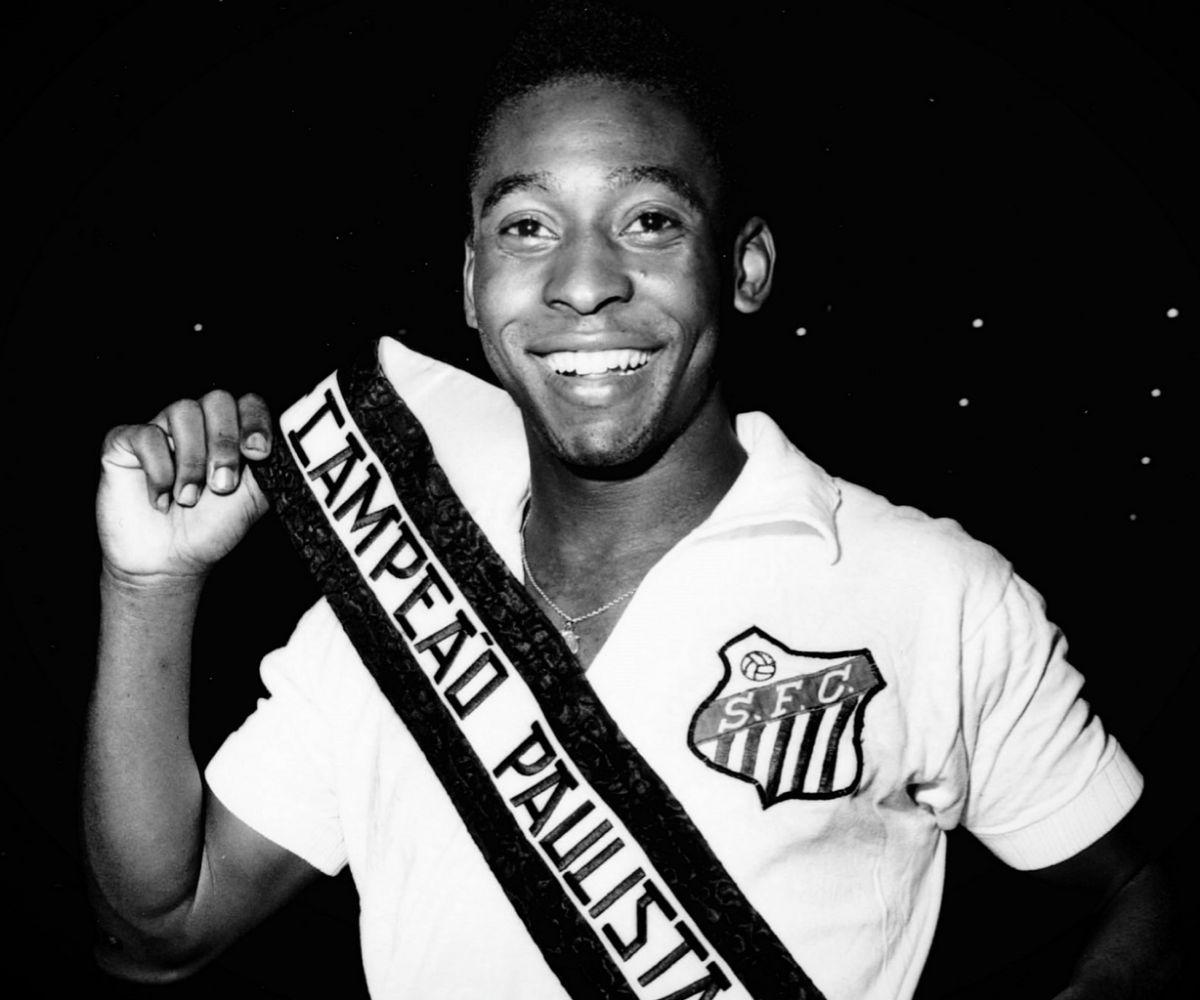 Pelé se muestra orgulloso tras ganar el Campeonato Paulista.