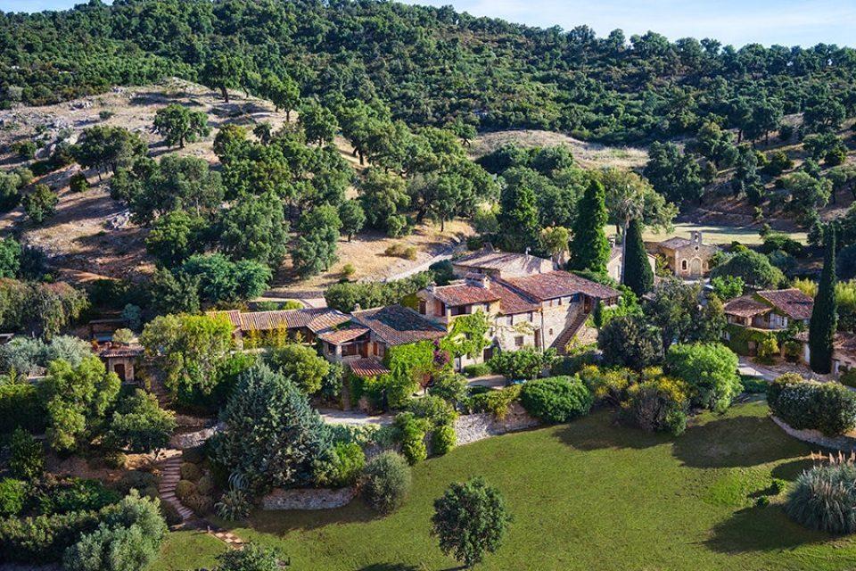 Vista aérea de la aldea francesa que pertenece a Johnny Depp y que ahora vende.
