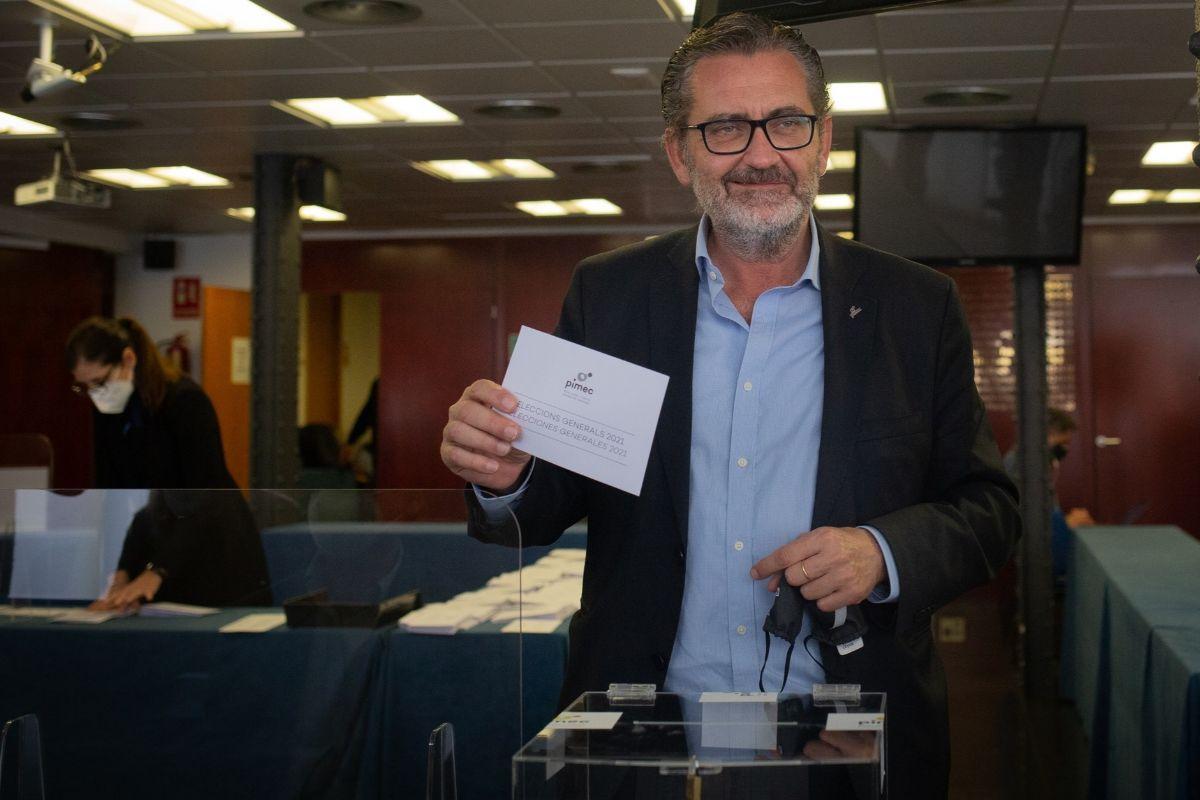 Pere Barrios depositando su voto. E. P.
