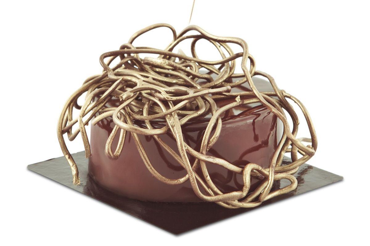 El lío que corona la tarta representa el jaleo mental de las personas.
