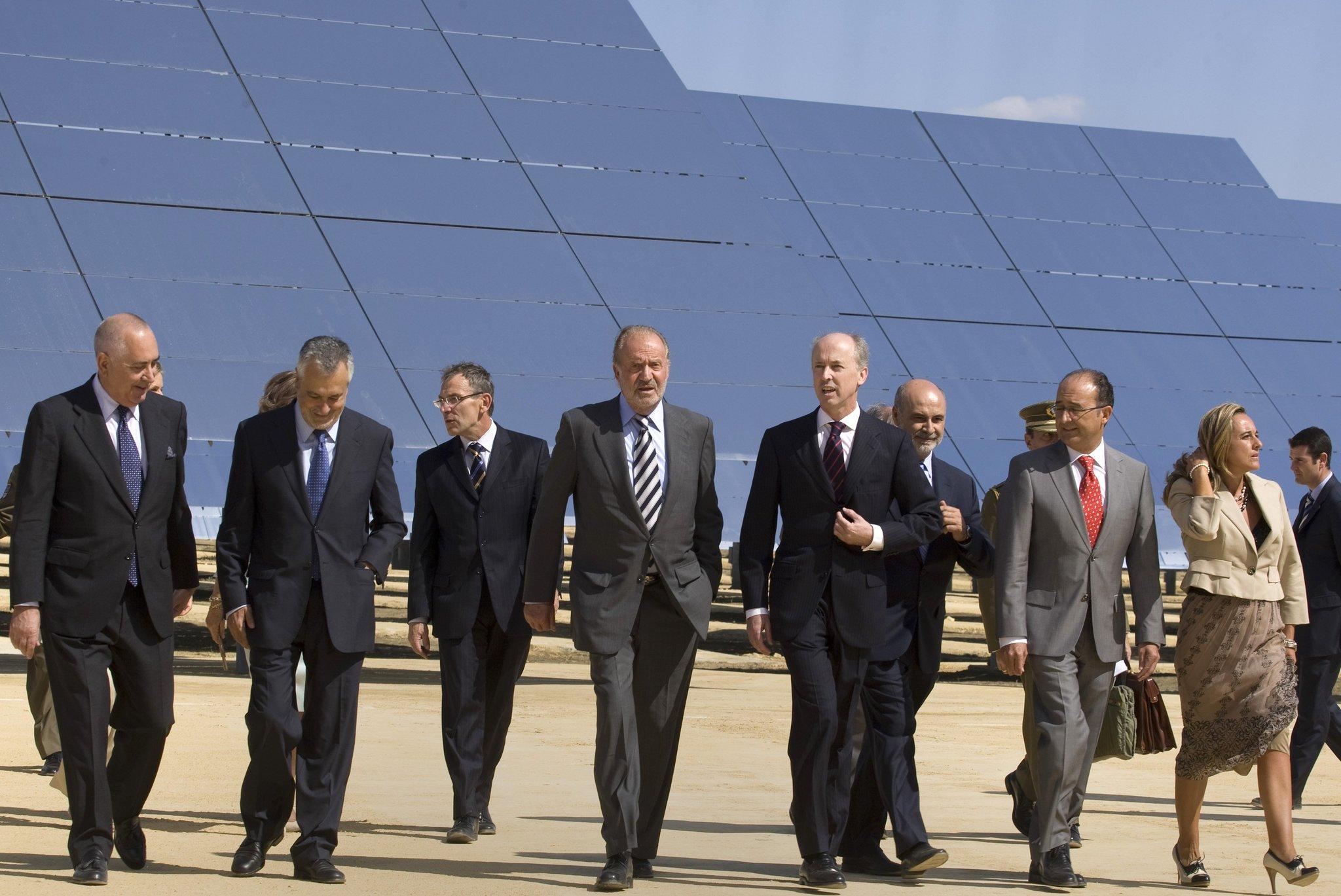 El Rey Juan Carlos y Felipe Benjumea, en la inauguración de una planta de energía solar en Sanlúcar la Mayor, en 2009.