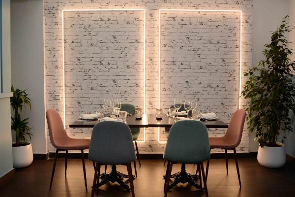 Imagen de uno de los amplios salones de EnRecoletos, con interiorismo minimalista en la calle de moda.