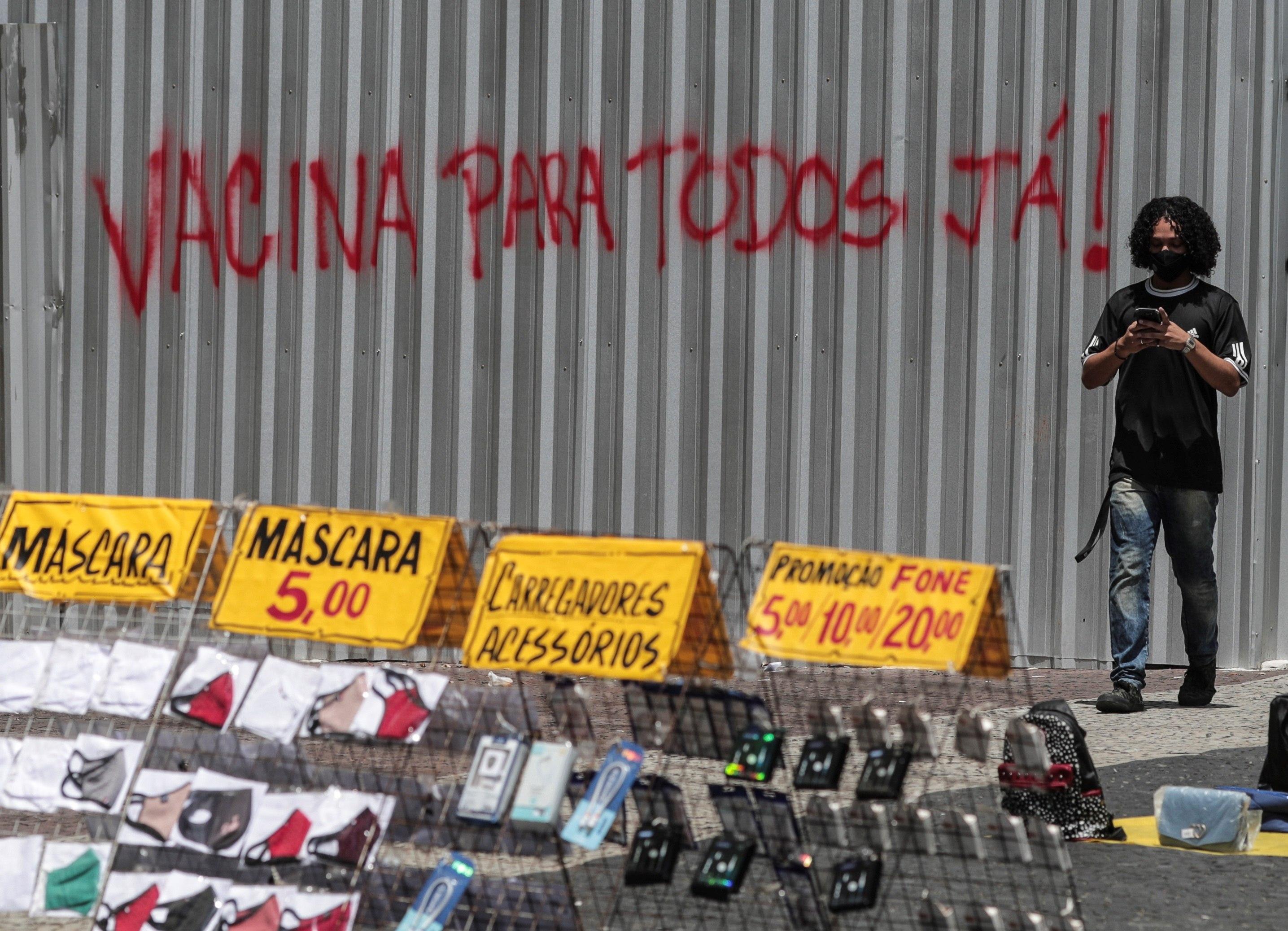 """Un graffiti requiere """"vacuna para todos"""", en R"""