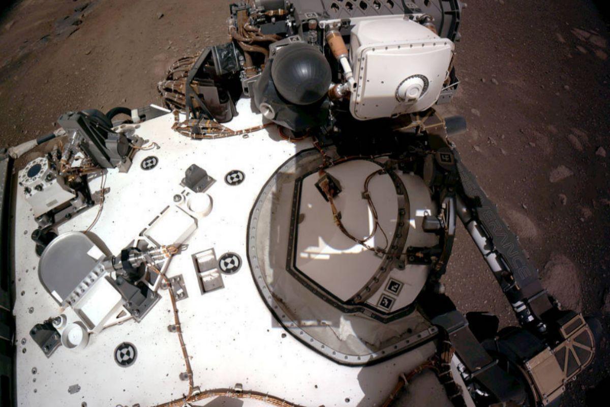 Una parte del 'rover' fotografiada con una de las cámaras.En la parte superior izquierda se aprecia el sensor de radiación y polvo de la estación española MEDA.