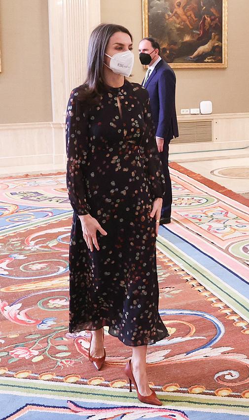 Doña Letizia con vestido de inspiración boho de Massimo Dutti.