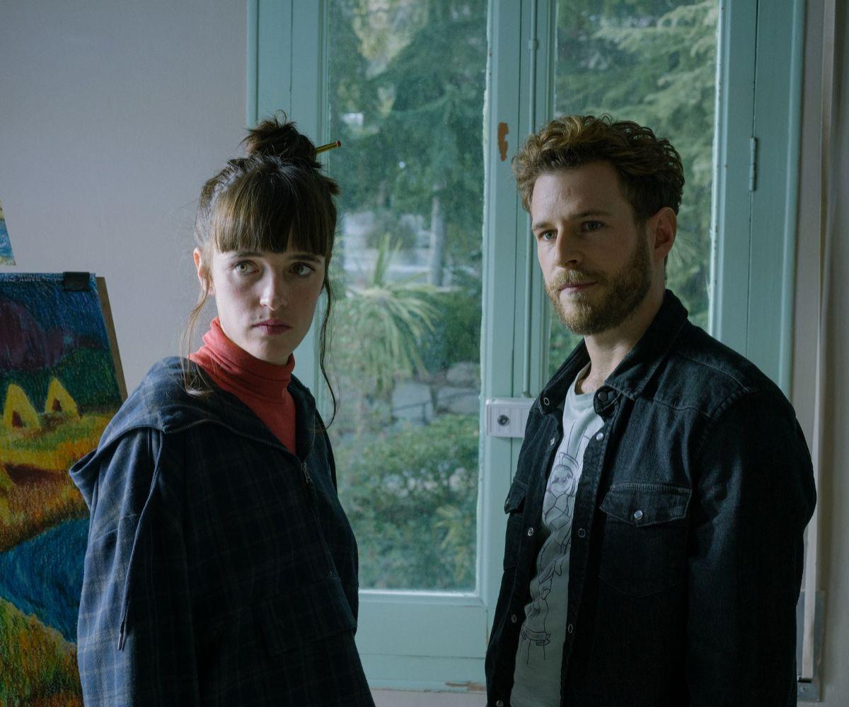 Carla (Susana Abaitua) y Adri (Álvaro Cervantes).