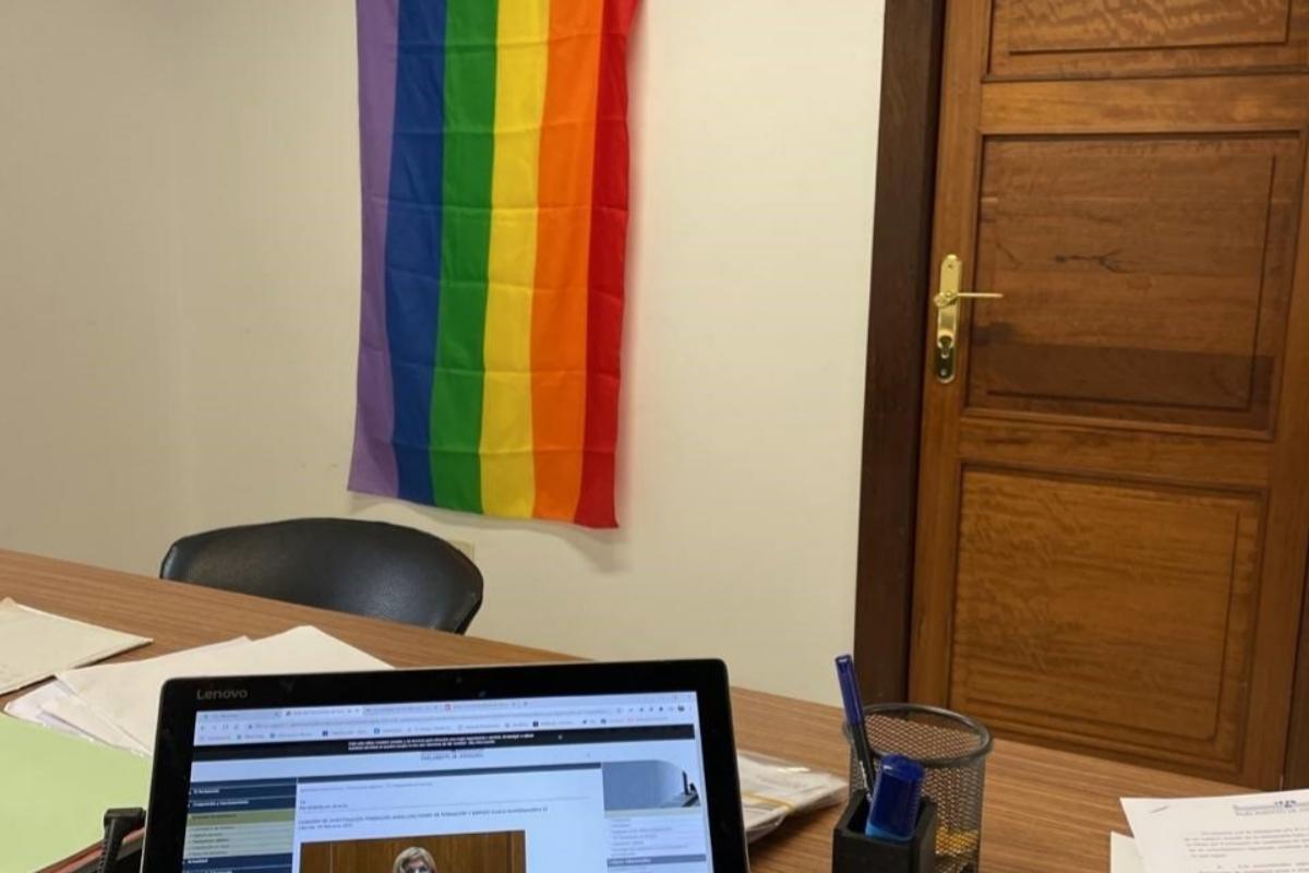 Bandera LGTBI en el despacho de Teresa Rodríguez y los diputados expulsados de Adelante Andalucía.