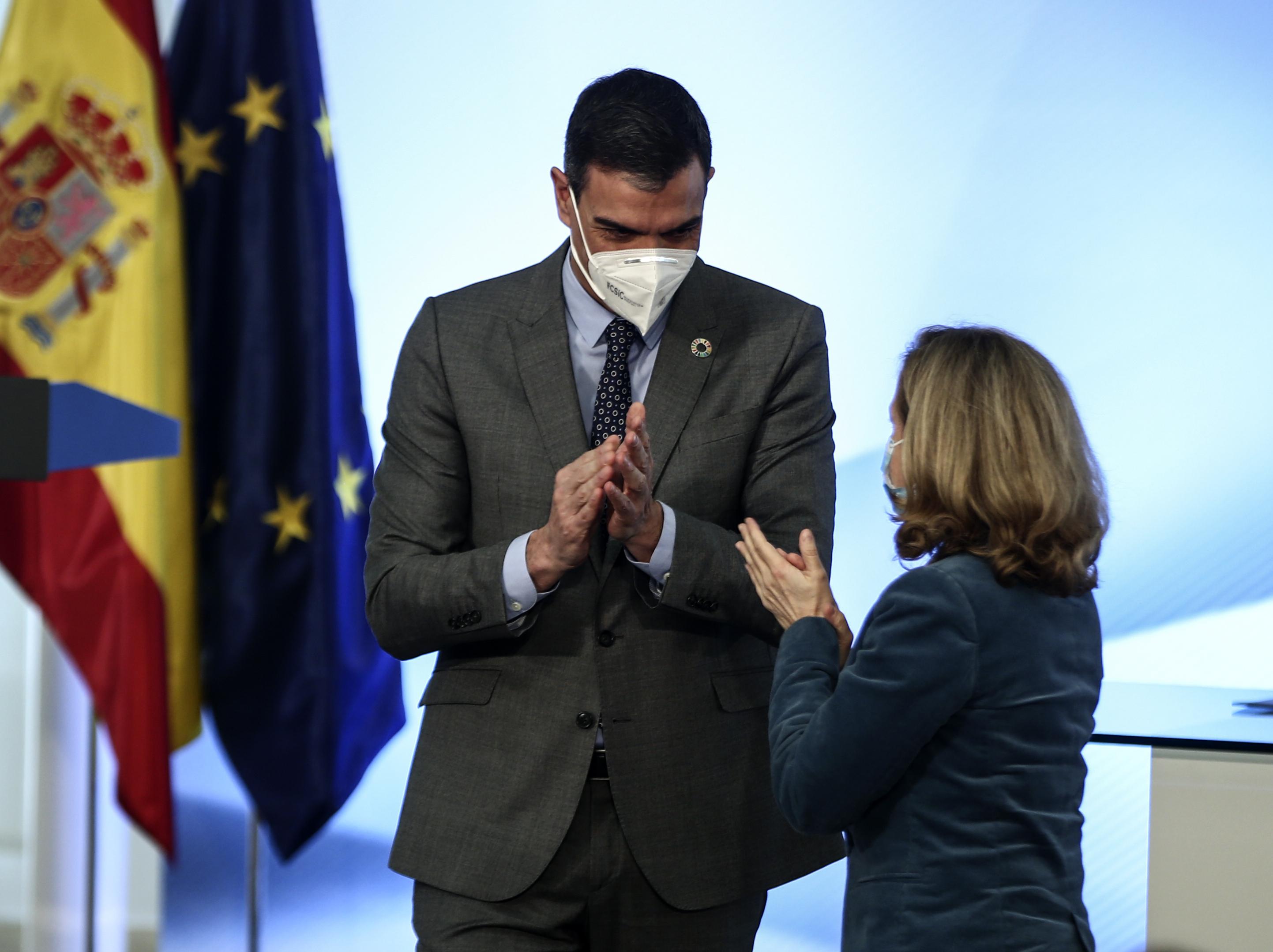 El presidente del Gobierno, Pedro Sánchez y la vicepresidenta tercera de Asuntos Económicos, Nadia Calviño.