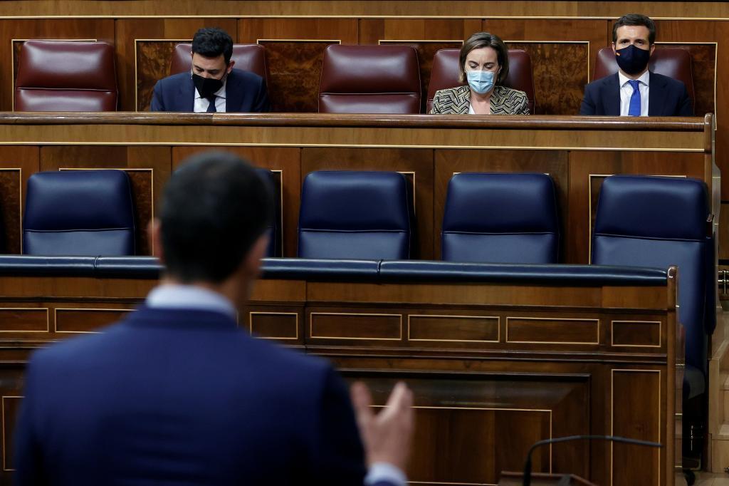 Pedro Sánchez dirigiéndose a Pablo Casado ayer, en el Congreso.