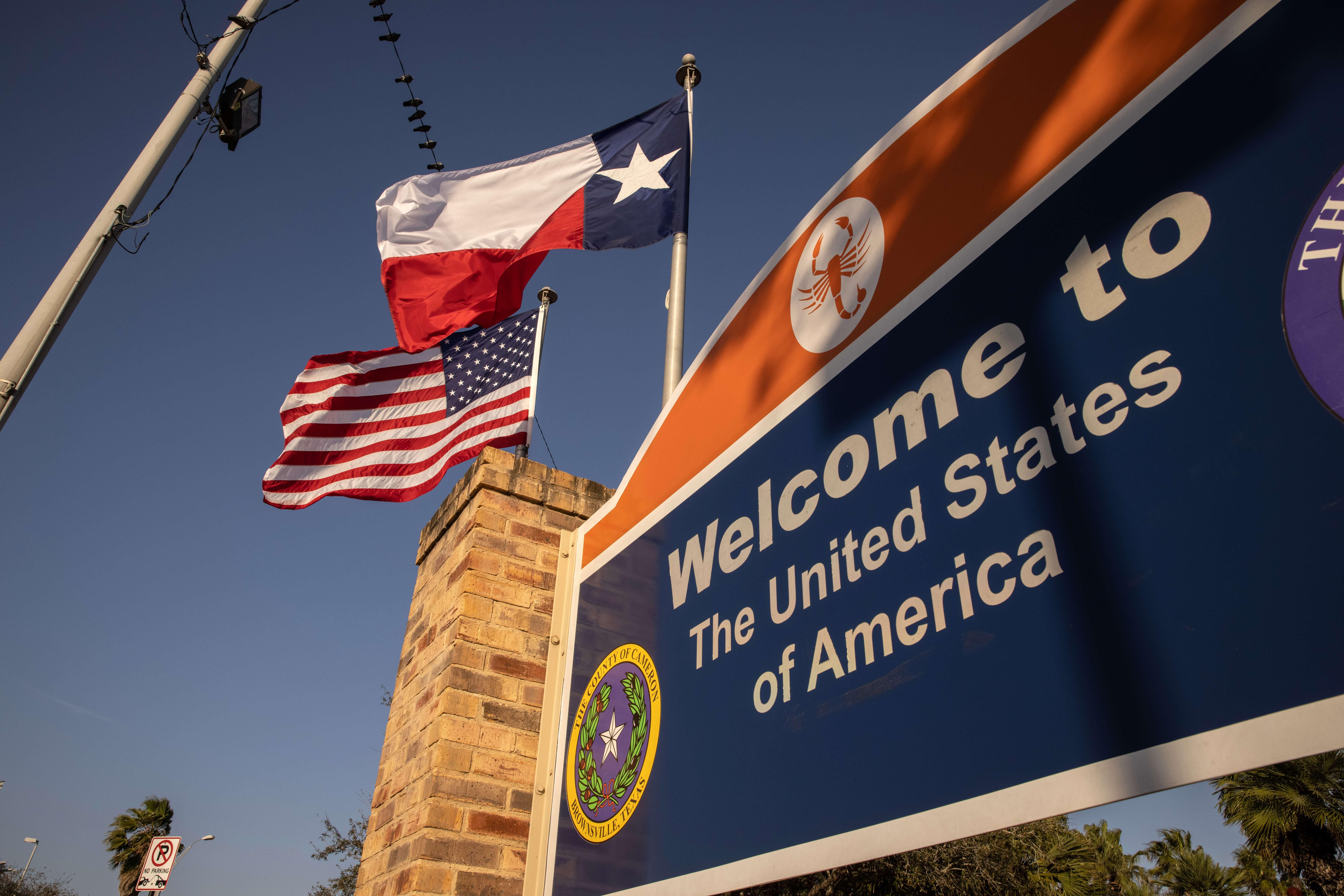 Banderas en la frontera con México, en Brownsville, Texas.