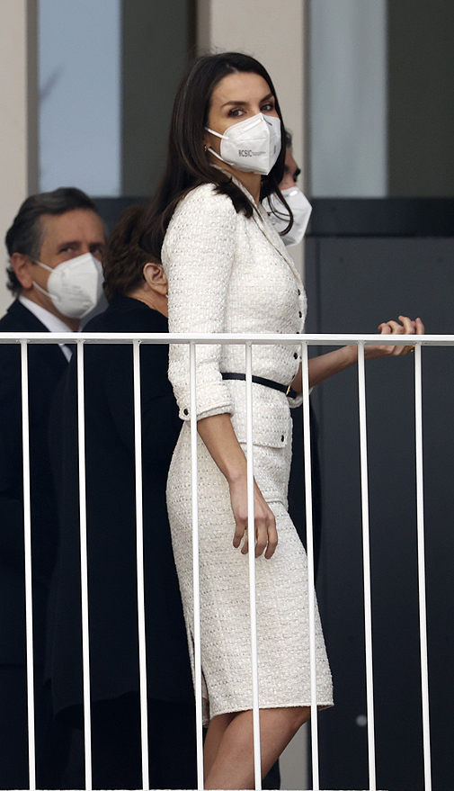 Doña Letizia con vestido abrigo de Felipe Varela de 2017.