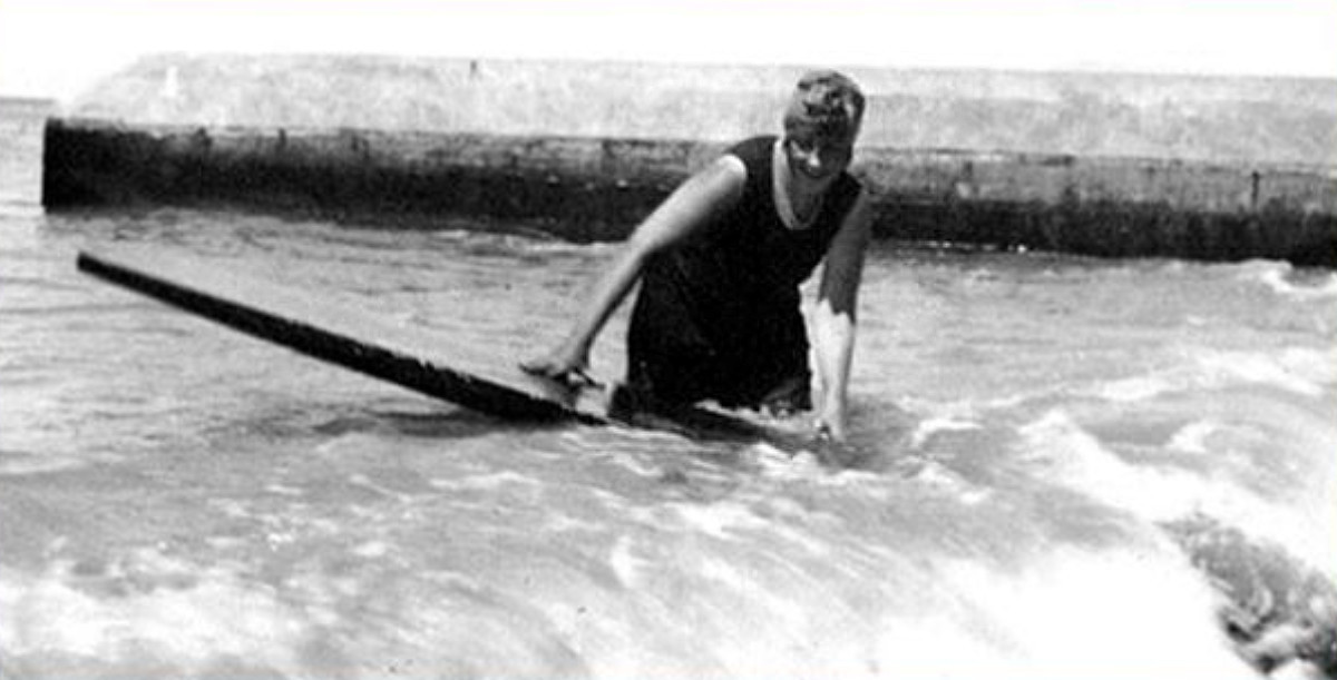 Agatha Christie, una de las primeras mujeres europeas en practicar surf.