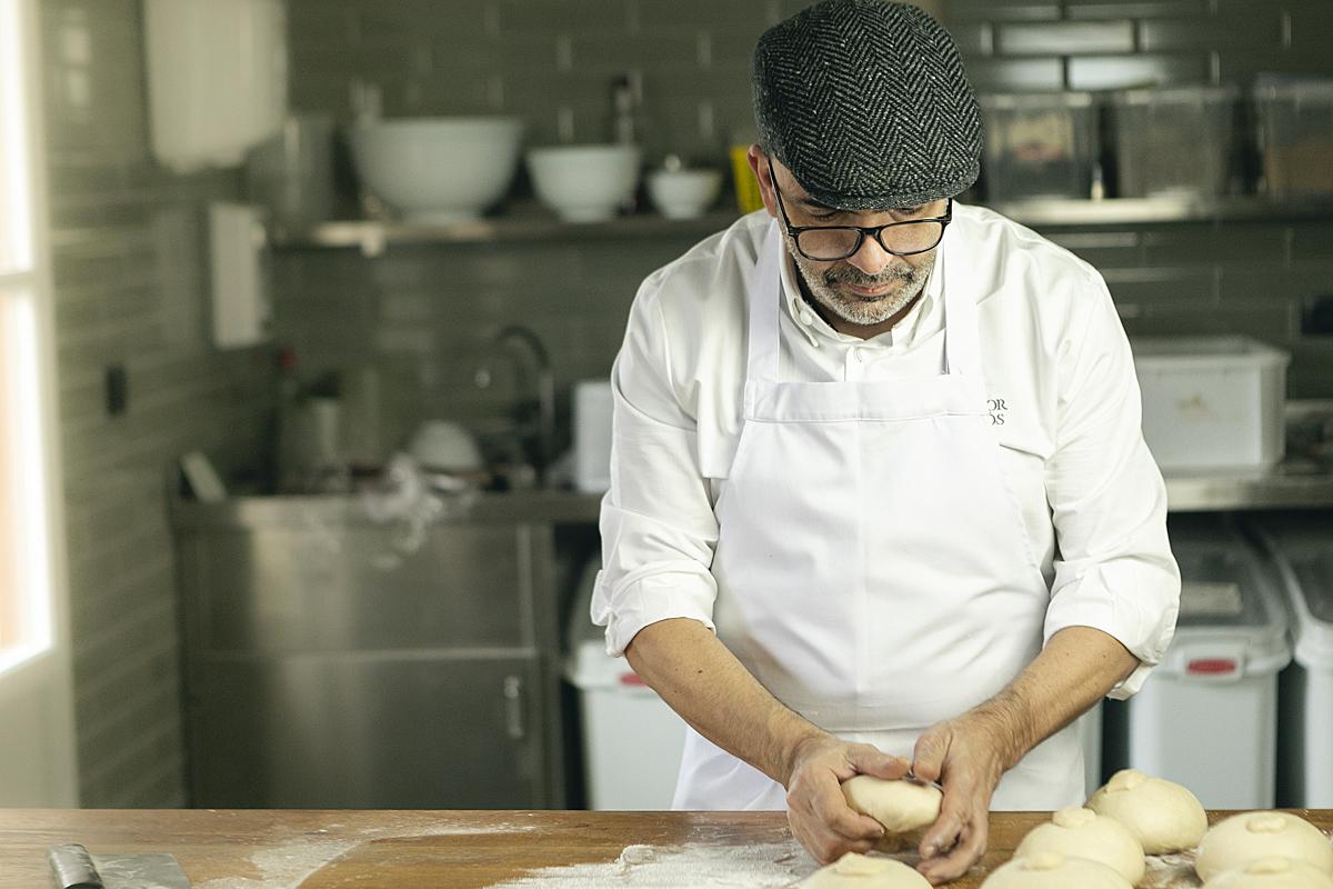 Jesús Sánchez, elaborando su pan.