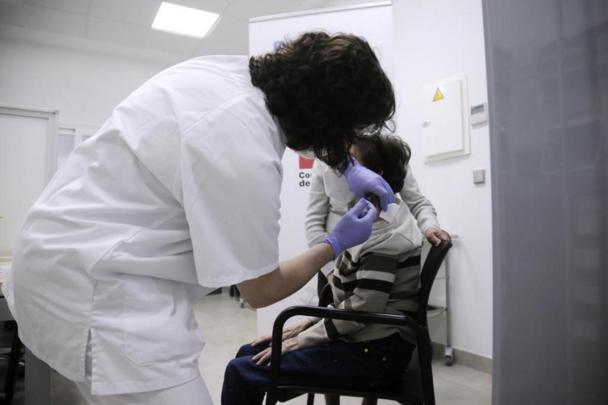 Una enfermera vacuna a un mayor, en el CS Andrés Mellado.