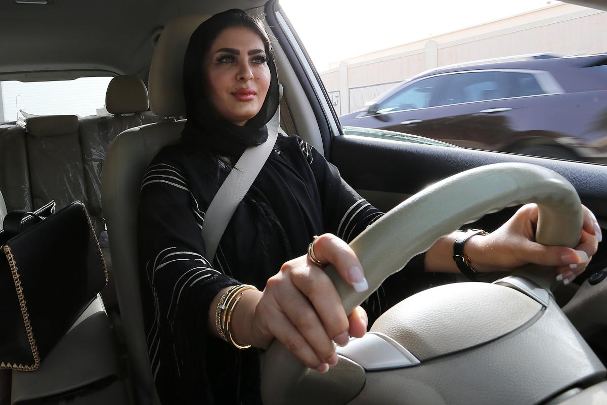Una mujer conduce un coche en Riad, Arabia Saudí.