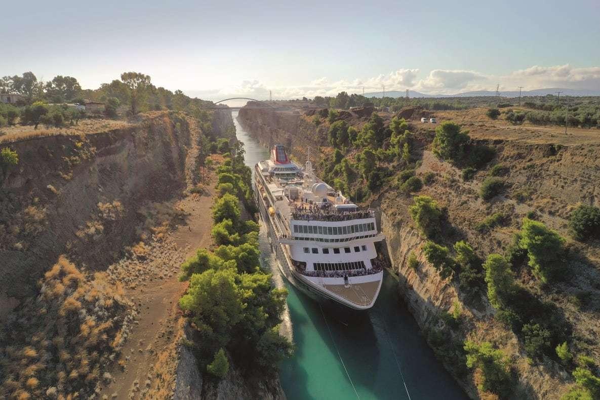 El canal  entre el Peloponeso y el resto de Grecia.