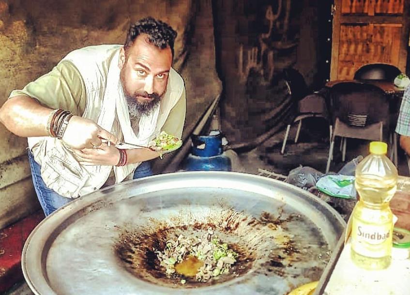 Tito Vivas probando hígado de camello en un puesto callejero de El Cairo.