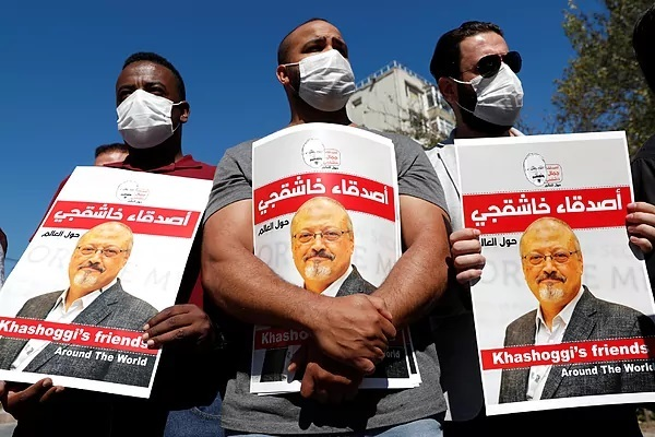 Varias personas muestran imágenes de Jamal Khashoggi durante un homenaje en Estambul.