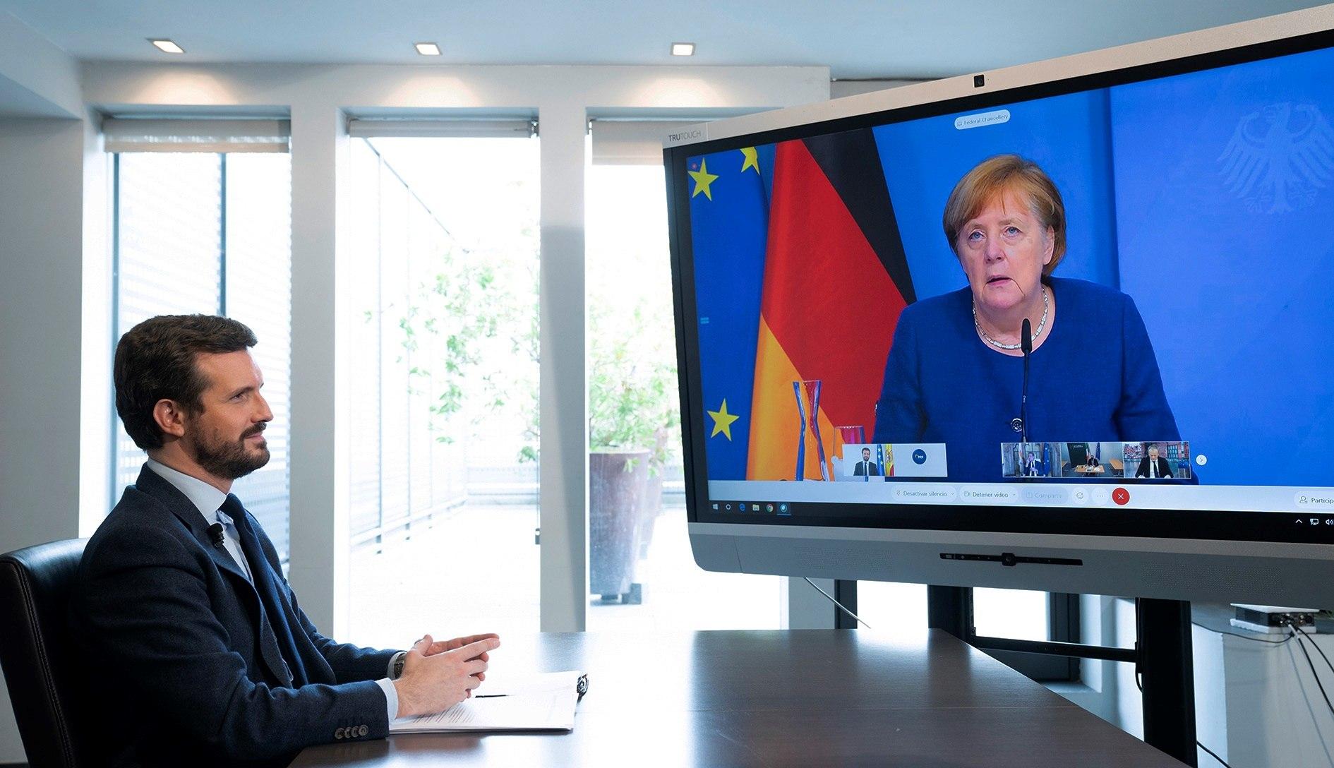 El presidente del Partido Popular, Pablo Casado, escuchando el pasado jueves la intervención de la canciller alemana Angela Merkel la Cumbre telemática de líderes del Partido Popular Europeo