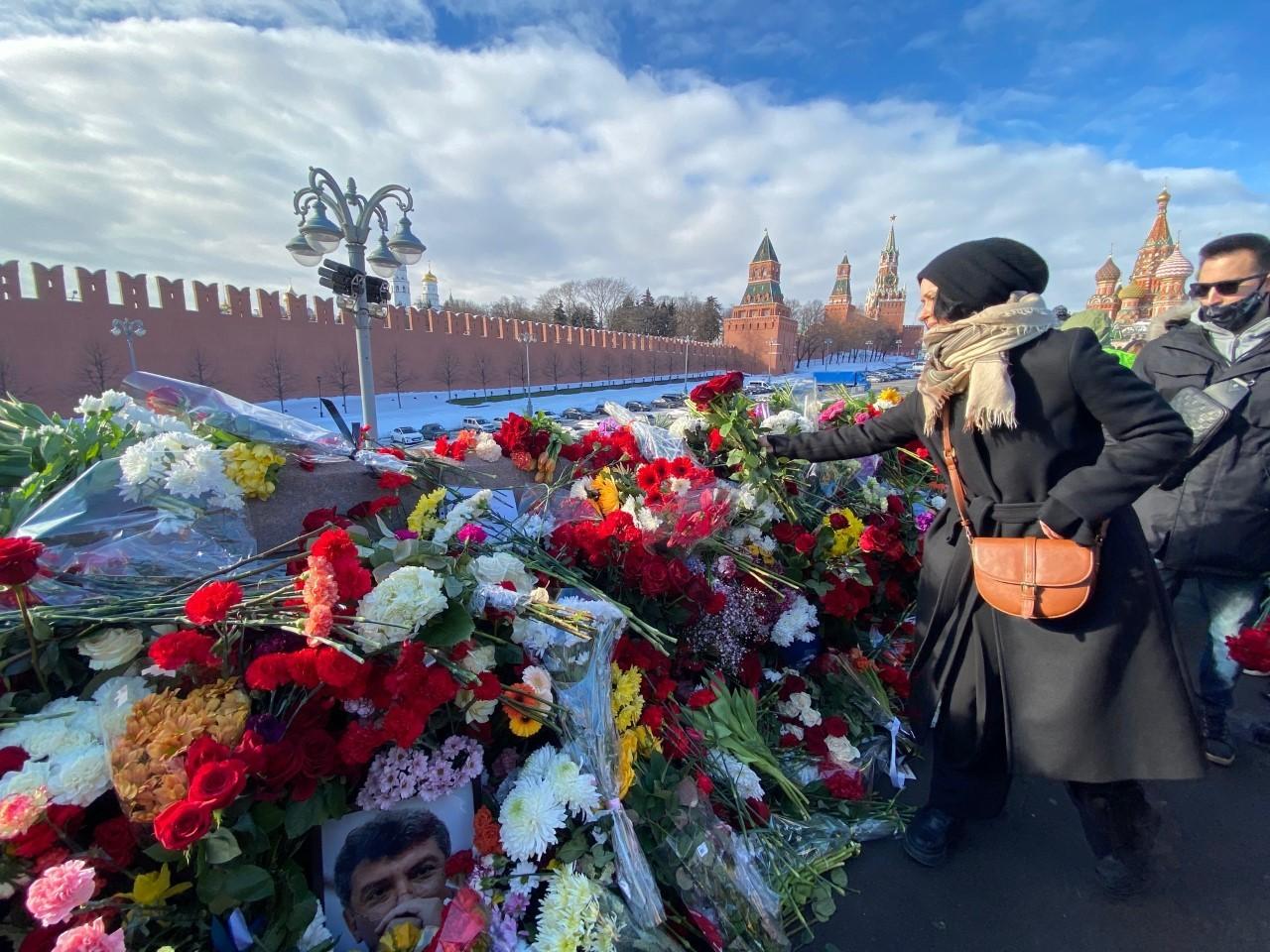 Moscovitas hoy en el puente Moskvoretsky, Moscú.