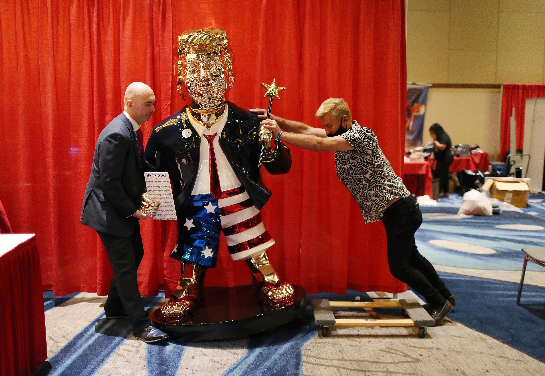 Estatua a tamaño real de Doanld Trump en la reunión del CPAC.