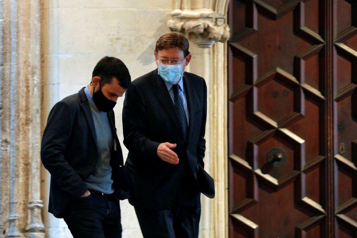 El presidente de la Comunidad Valenciana, Ximo Puig, conversa con el 'conseller' de Educación, Vicent Marzà.