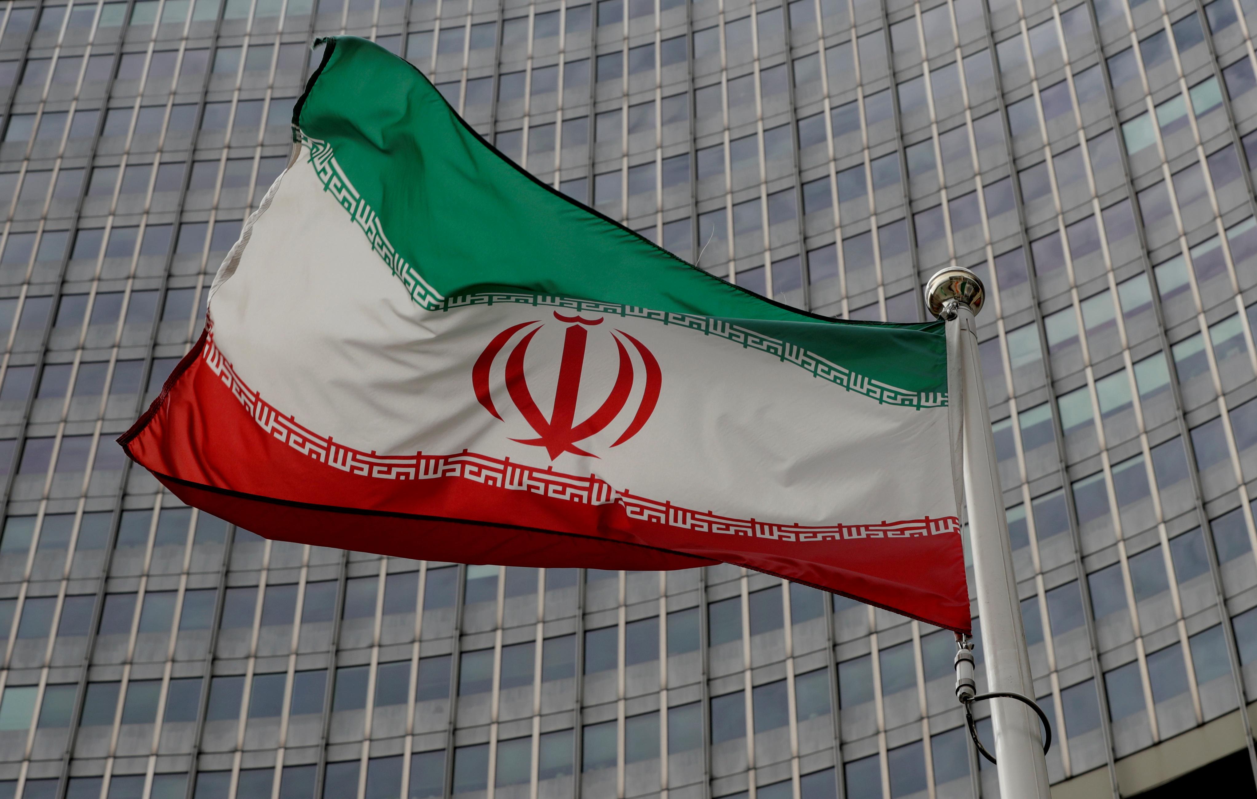 Bandera iraní frente al Organismo de Energía Atómica en Viena.