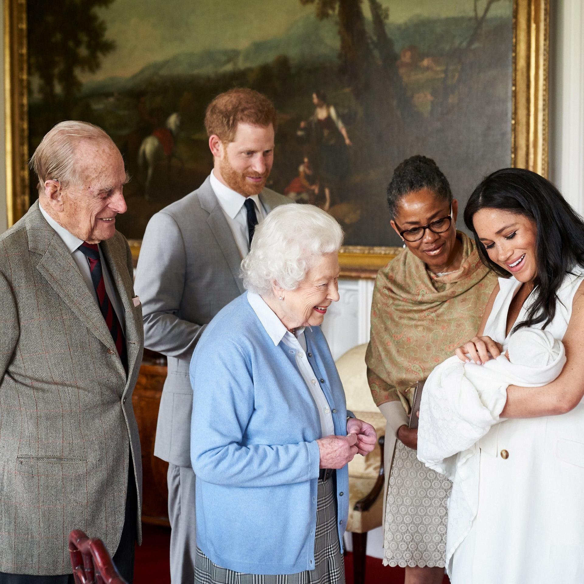 El duque de Edimburgo, el príncipe Harry, la reina Isabel, la madre de Meghan Markle y la duquesa de Sussex, que sostiene al pequeño Archie.
