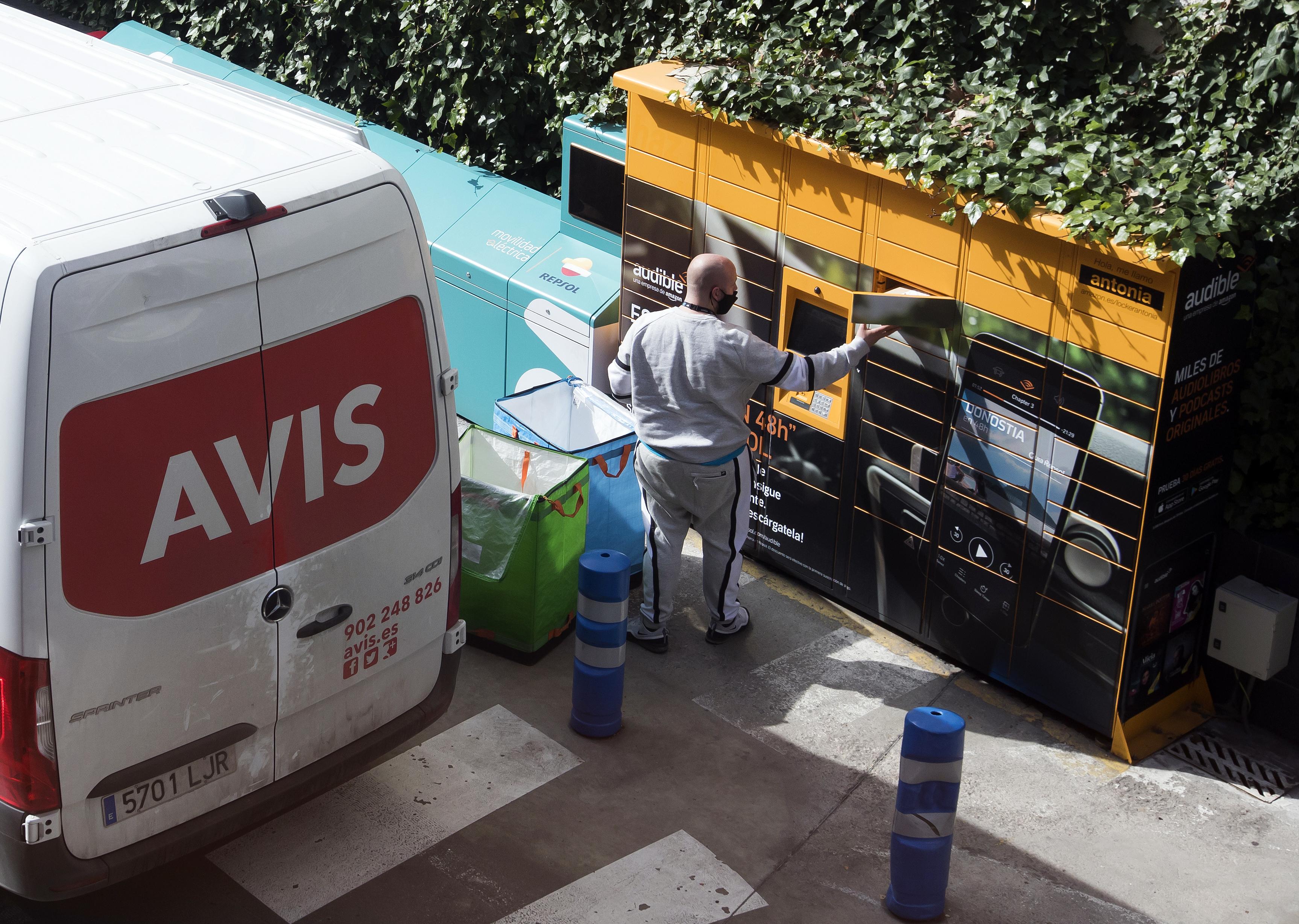 Servicio de paquetería en una gasolinera.
