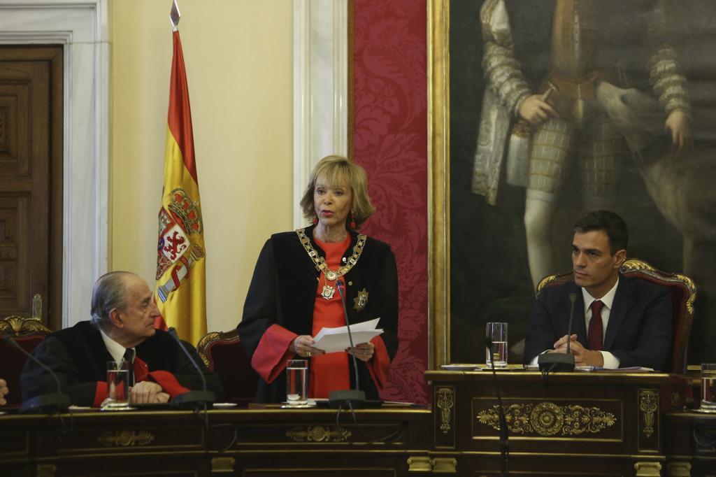 La presidenta del Consejo de Estado, María Teresa Fernández de la Vega, junto al presidente del Gobierno, Pedro Sánchez.